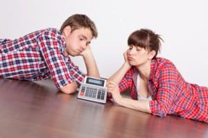 Junges Paar errechnet die Kosten für die neue Wohnungseinrichtung